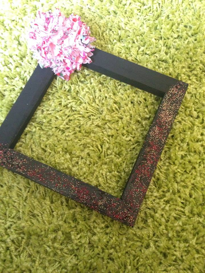 how to decorate a frame with handmade flowers
