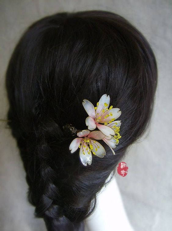 beautiful hairstyles with floral hair pins 14