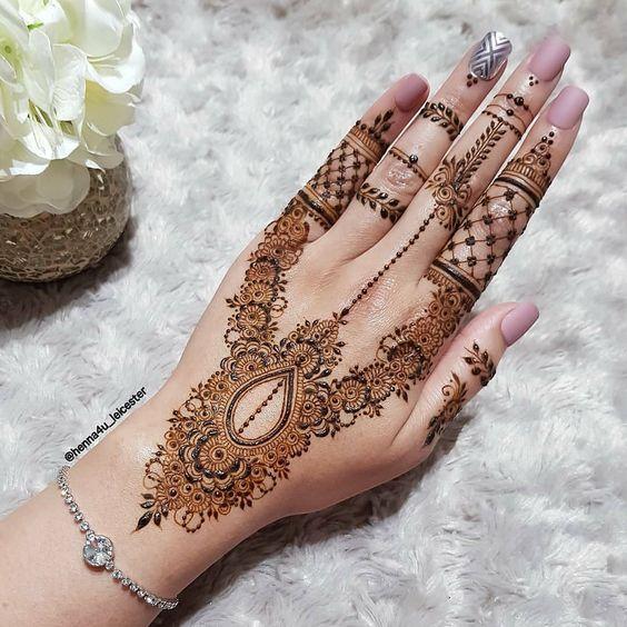 elegant bridal mehndi design V shaped design
